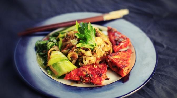 Korean Style: Gochujang Tofu mit Reisnudeln und Pak Choi