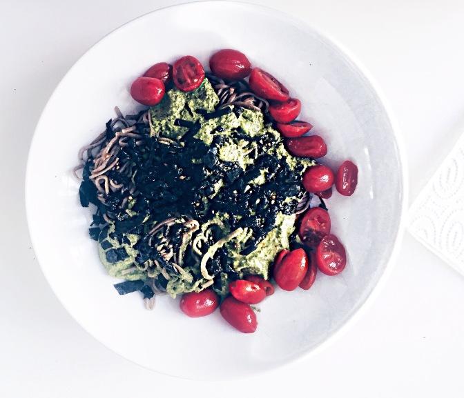 2 Euro und 5 Minuten: Ein Pesto aus Radieschen-Blättern mit Soba-Nudeln