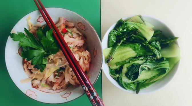 Vietnamesisch inspiriert: Reisnudeln mit Kohl, Kümmel und Pak Choi
