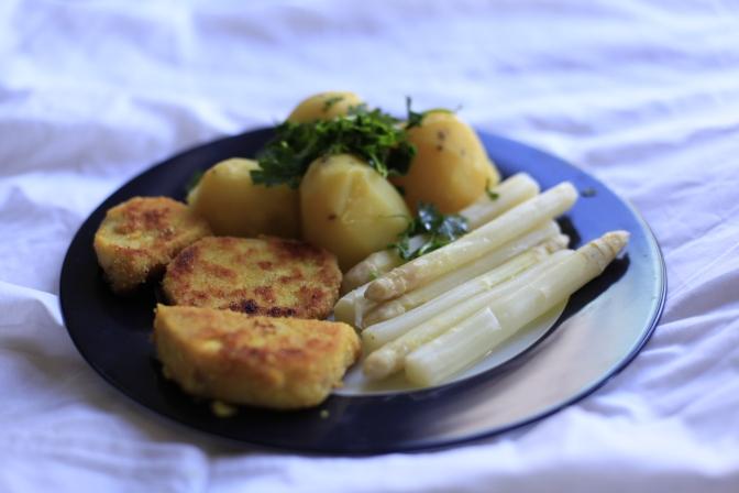 Der Klassiker: Sellerie-Schnitzel mit Spargel und Kartoffeln