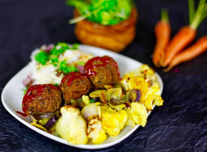 Vegane Köttbullar und orientalischer Blumenkohl aus dem Ofen!