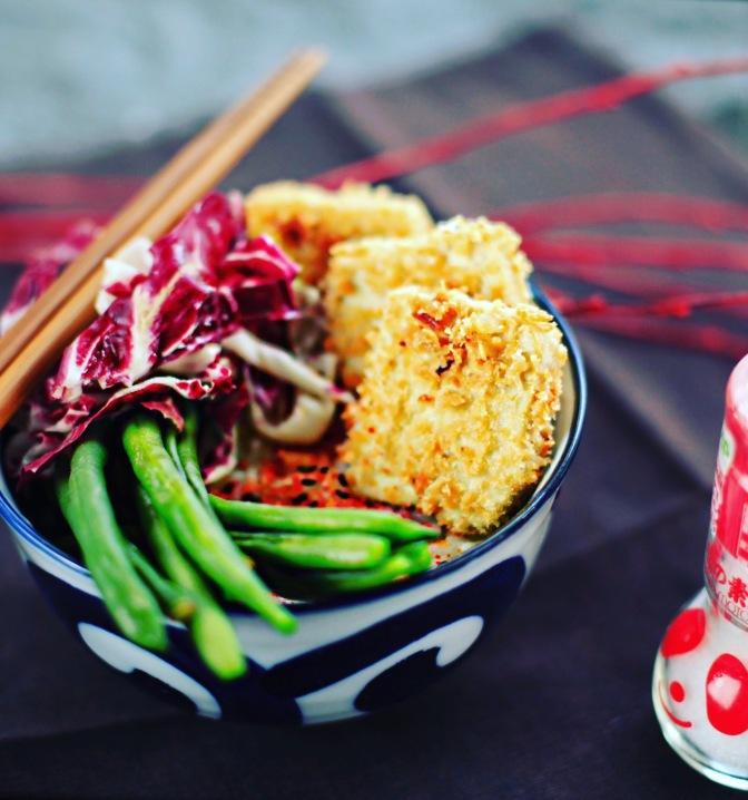 Katsu Tofu Bowl mit grünen Bohnen und Radicchio!