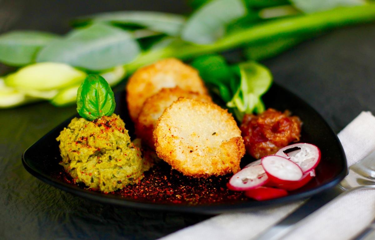 #yummy: Vegane Kohlrabi-Schnitzel an Quitten-Chutney mit Erbsenpüree