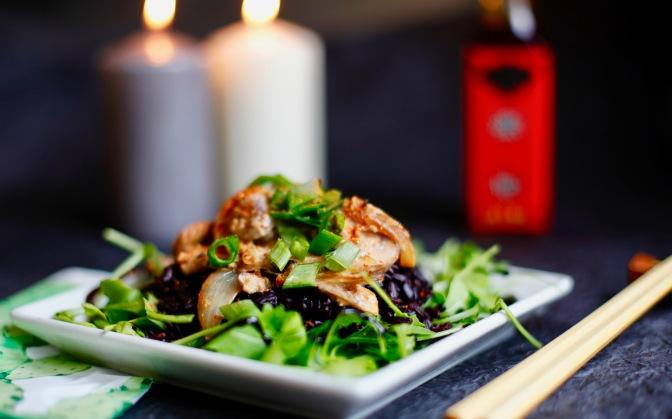 Veganes Pilzragout an schwarzem Reis auf Rucola!