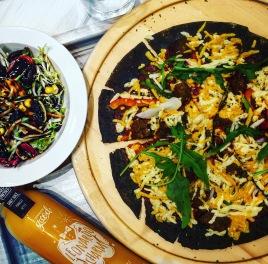 vegane Pizza mit schwarzem Boden