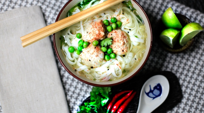Nudelsuppe Supreme | Asia-Suppe mit veganen Fischbällchen