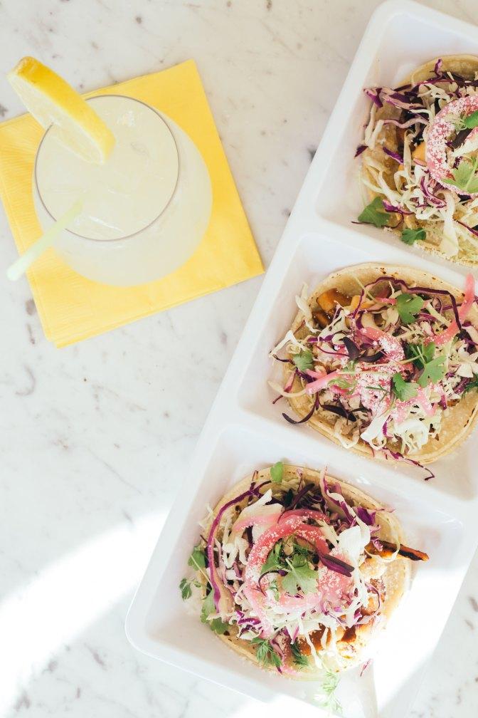 Salat Tacos mit eingelegter roter Zwiebel